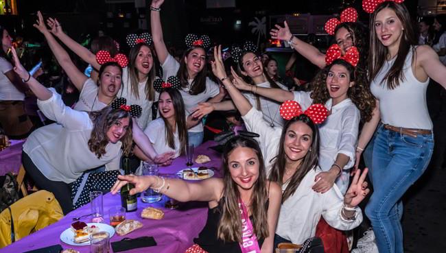 chicas en despedida en el centro de Madrid