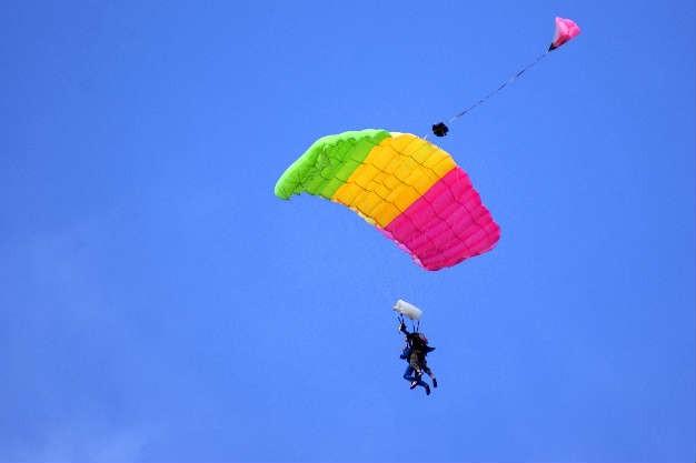 bajando en paracaidas