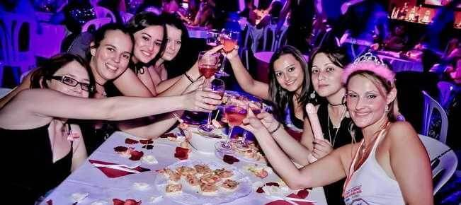 Chicas celebrando despedida en Madrid